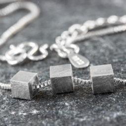 Silberketten und Anhänger